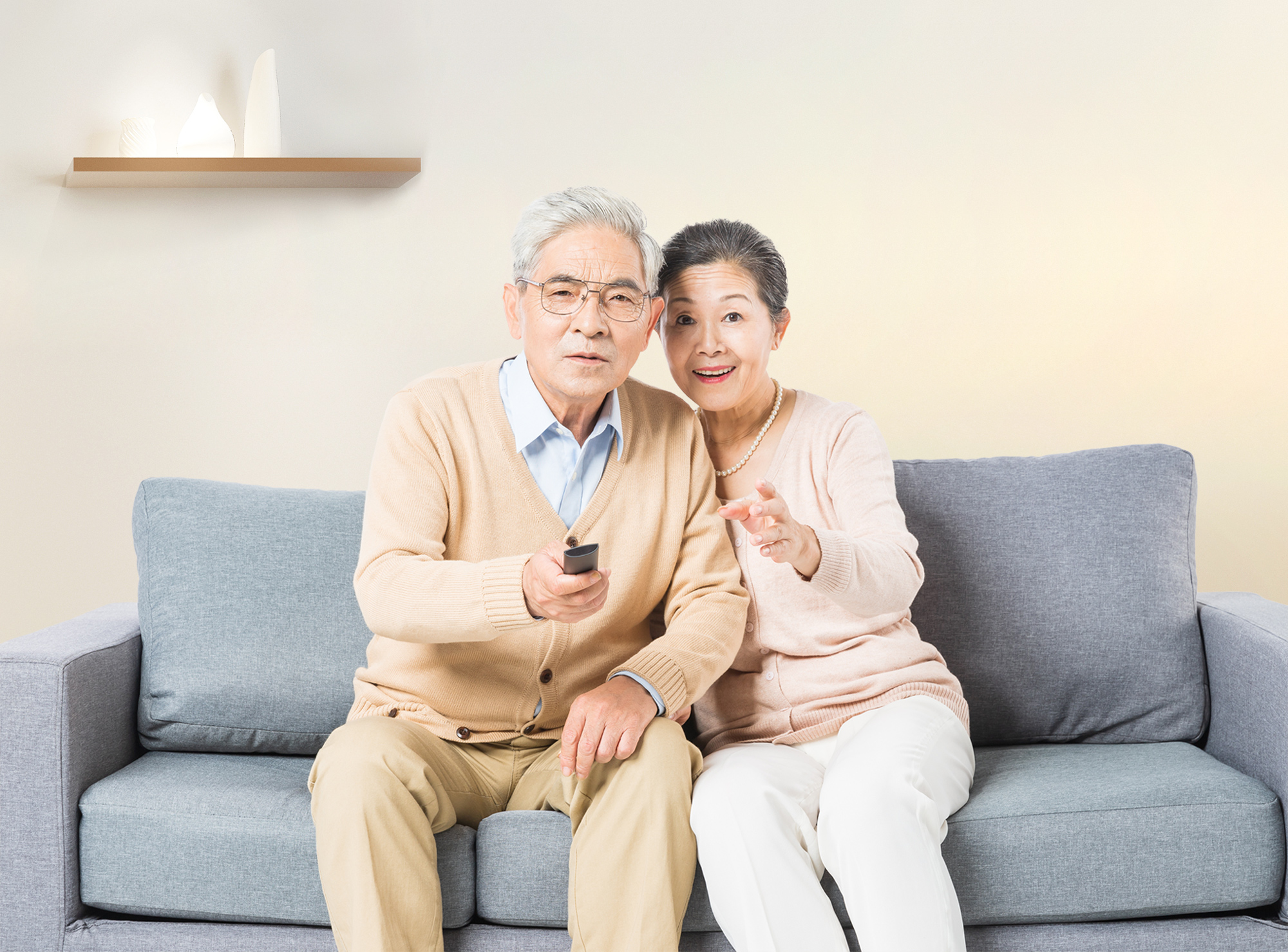 室内暖老人看电视.jpg